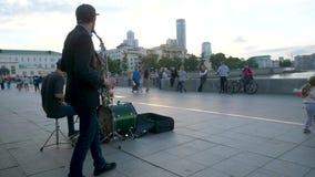 Ekaterinburg, Ρωσία στις 10 Ιουνίου 2017: Οι μουσικοί οδών παίζουν την τζαζ στη πλατεία της πόλης Μουσικοί στο τραγούδι πλατειών  φιλμ μικρού μήκους