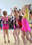 EKATERINBURG - 13. APRIL: Lehrprobe am Jugend-Gymnastik-Wettbewerb Stockfotos