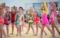EKATERINBURG - 13 AVRIL : Leçon de démonstration à la concurrence de gymnastique rythmique de la jeunesse Photographie stock libre de droits