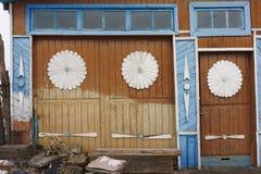 Ekaterinburg, Federação Russa - 11 de fevereiro de 2018: fachada da casa velha Arquitetura de madeira do russo antigo Fotos de Stock Royalty Free