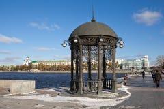 EKATERINBURG, RÚSSIA - 21 DE OUTUBRO DE 2015: Foto da rotunda na costa da lagoa da cidade Foto de Stock