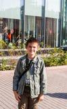 Ekaterinburg, Rússia - 24 de setembro 2016: Menino sobre o centro de negócios Fotos de Stock Royalty Free