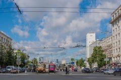 Ekaterinburg, Rusia - 3 de julio de 2017: Calles de la ciudad en el centro Fotos de archivo