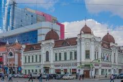 Ekaterinburg, Rusia - 3 de julio de 2017: Calles de la ciudad en el centro Imagen de archivo libre de regalías