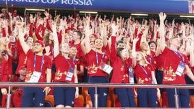 Ekaterinburg, Rusia - junio de 2018: Opinión los voluntarios del fútbol en el mismo baile uniforme rojo y azul marino y el canto metrajes