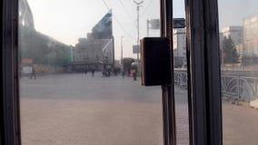 Ekaterinburg, Russia - giugno 2018: Esca il sottopassaggio azione Uscita dalla stazione della metropolitana alla via della città  video d archivio