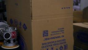 Ekaterinburg, Russia - luglio 2019: Linea di produzione delle scatole di cartone media Linea di produzione ingrassata scatole di  archivi video