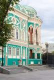 EKATERINBURG, RUSSIA - 22 LUGLIO 2017: Stagno della città di Quay, casa del ` s di Sevastyanov Fotografia Stock Libera da Diritti