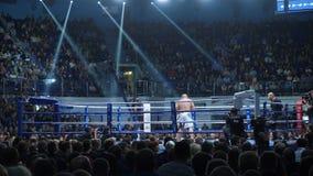 Ekaterinburg, Russia - 13 ottobre 2017: Atleti nel torneo misto della concorrenza di arti marziali di sport estremo dell'anello Fotografia Stock Libera da Diritti