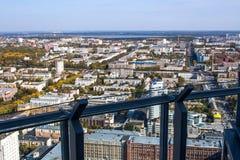 Ekaterinburg, Russia - 24 settembre 2016: Schermo di vetro sui pavimenti di una piattaforma 52 di osservazione Immagini Stock Libere da Diritti