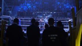 Ekaterinburg, Russie - 16 avril 2017 : Combat de boxe au poids léger pour le titre La vue de dessous les supports photos stock