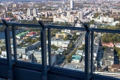 Ekaterinburg, Russie - 24 septembre 2016 : Écran en verre sur des planchers d'une plate-forme 52 de visionnement Photos stock