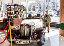 Ekaterinburg, Russie - 24 septembre 2016 : Voiture et garçon antiques Photographie stock
