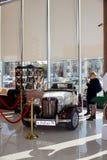 Ekaterinburg, Russie - 24 septembre 2016 : Voiture et personnes antiques dans un hall Photo stock