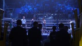Ekaterinburg, Russland - 16. April 2017: Boxender Kampf am Leichtgewichtler für den Titel Die Ansicht von unterhalb der Stände Lizenzfreie Stockfotos