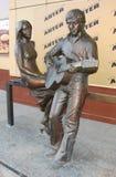 EKATERINBURG, RUSSLAND - 27. FEBRUAR 2012: Foto des Monuments zu Vladimir Vysotsky und zu Marina Vlady Lizenzfreie Stockfotografie