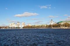 EKATERINBURG, RUSSLAND - 21. OKTOBER 2015: Foto der Ansicht des Dammes vom Stadtteich Stockfotos