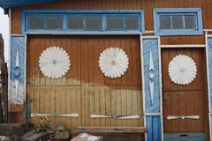 Ekaterinburg rysk federation - Februari 11, 2018: fasad av det gamla huset Forntida rysk träarkitektur Arkivbild