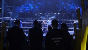 Ekaterinburg Ryssland - April 16, 2017: Boxas kamp på lättvikts- för titeln Sikten från under ställningarna Arkivfoton