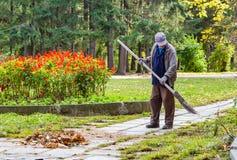 Ekaterinburg, Sverdlovsk Russia - 10 02 2018: Un uomo di mezza età in un marrone grigio e blu del rivestimento del lavoro ansima  fotografie stock