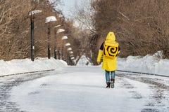 Ekaterinburg, Sverdlovsk Russia - 03 03 2018: Una consegna dell'alimento del corriere del yandex in vestiti speciali gialli va lu fotografia stock libera da diritti