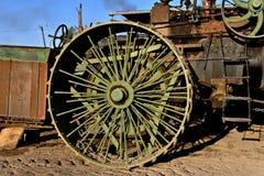 Eker av ett gammalt hjul för ångamotor arkivbild