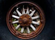 Eker för hjul för antik automatisk traktor för tappning wood arkivbild