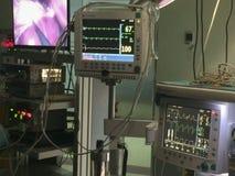 Ekg bildskärm och anestesimaskin på operationrum arkivfoton