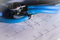 Ekg e stetoscopio con vignettatura luminosa Fotografia Stock Libera da Diritti
