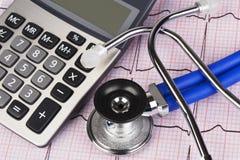 EKG med stetoskop- och räknemaskinvisningkostnad av hälsovård Fotografering för Bildbyråer