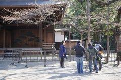 ekipa telewizyjna donosi od świątyni yasukuni ile Sakura kwiatów kwitnęli out Obraz Royalty Free