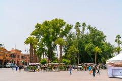 Ekipage som väntar på touriss på den Jamma El-Fna fyrkanten i mitten av Marrakech Arkivbild