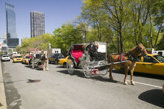Ekipaget kör i Central Park för trafik som ner är västra i Manhattan, New York City, NY Arkivbild