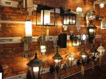 Eklektische Wandlampenanzeige in einem Beleuchtungsspeicher. stockfoto
