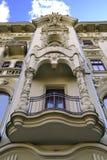 Eklektisk fasad med en balkong Arkivfoton