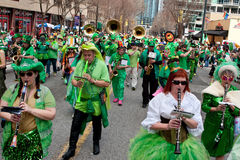Eklektiska musikbandlekar i St Patrick ståtar royaltyfri fotografi