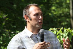 Ekolog Suren Gazaryan som talar på ett möte av aktivister i den Khimki skogen Royaltyfri Bild