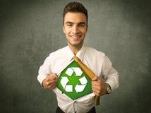 Ekologa biznesowy mężczyzna drzeje z koszula z przetwarza znaka fotografia stock