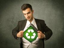 Ekologa biznesowy mężczyzna drzeje z koszula z przetwarza znaka obraz stock