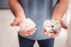 Ekologa mienia klingeryt w jego i papier ręki zdjęcie royalty free