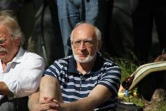 Ekologadvokat Andrey Margulev på ett möte av aktivister i den Khimki skogen Arkivbild