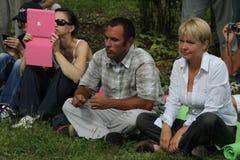 Ekologer Suren Gazaryan och Evgenia Chirikova på ett möte av aktivister i den Khimki skogen Arkivbilder