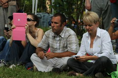 Ekologer Suren Gazaryan och Evgenia Chirikova på ett möte av aktivister i den Khimki skogen Arkivfoton