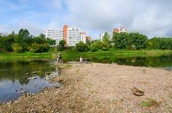 ekologi Bli grund av västra torr sommar för Dvina flodsäng tack vare fotografering för bildbyråer
