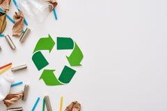 ekologi tänker Skrynkla papper, plast-, och batterier nära återanvänder symbol royaltyfri bild