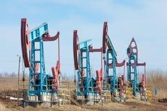 Ekologia, bionomics dzień Czerwiec Kazakhstan miesiąc olej pompuje western Przemysł paliwowy equipment Belkowata pompa obraz stock