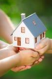 Ekologia dom w rękach zdjęcie stock
