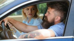 Ekologia i eco życzliwi Para w miłości podróży samochodu transportem Brodatego mężczyzny i seksownej kobiety napędowy samochód ol zdjęcia stock
