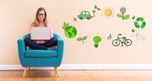 Ekologia z młodą kobietą używa jej laptop obraz royalty free