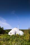 Ekologibortförklaringbyggnad i bergområde Arkivbild